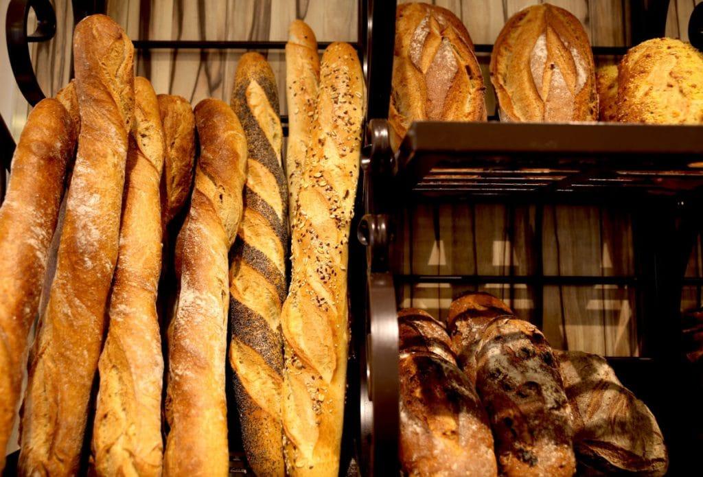 Pains et baguettes à la boulangerie Le Framboisier